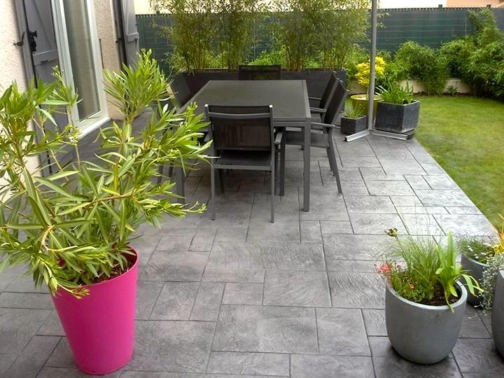 01480 Frans terrasse devant une maison en béton empreinte imprimé gris et gazon