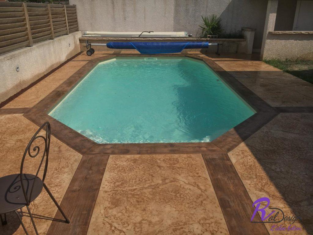 69210 Lentilly piscine avec margelle béton empreinte imprime imitation bois