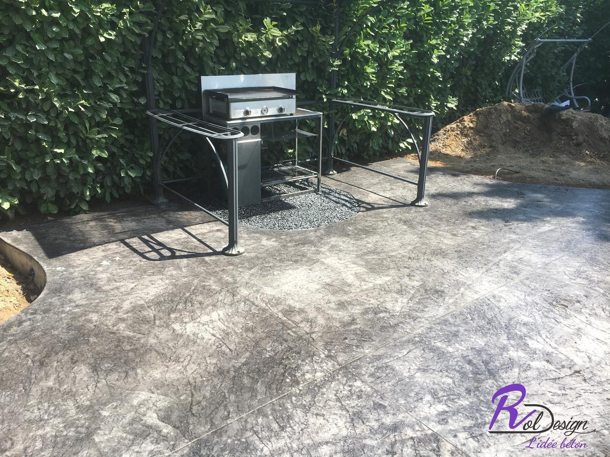69480 Ambérieux d'Azergues barbecue installé sur terrasse béton décoratif style vieux granit anthracite