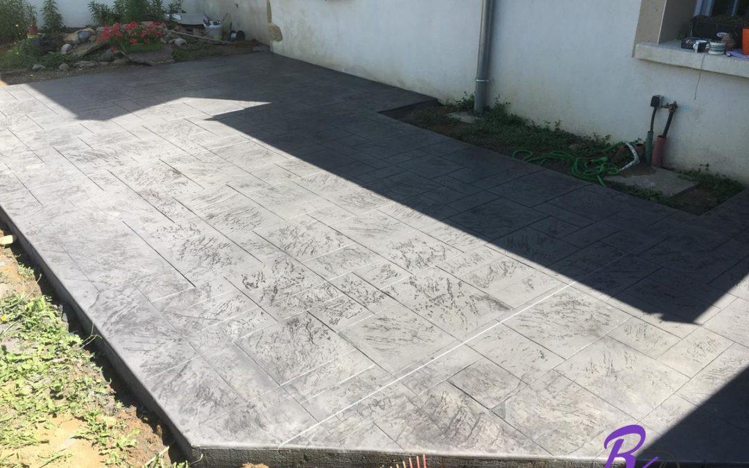 Béton imprimé décoratif sur une terrasse de maison à Anse 69480