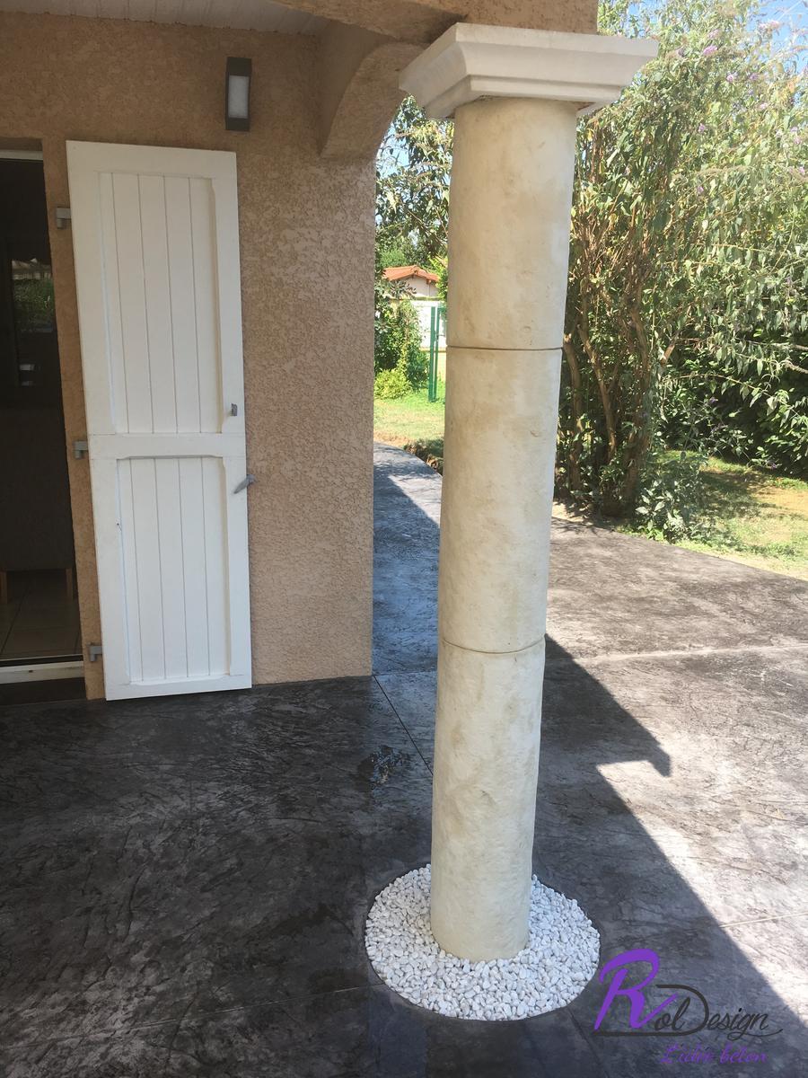 Béton imprimé décoratif pour une maison individuelle à 69480 Ambérieux d'Azergues avec barbecue installé sur la terrasse béton style vieux granit anthracite