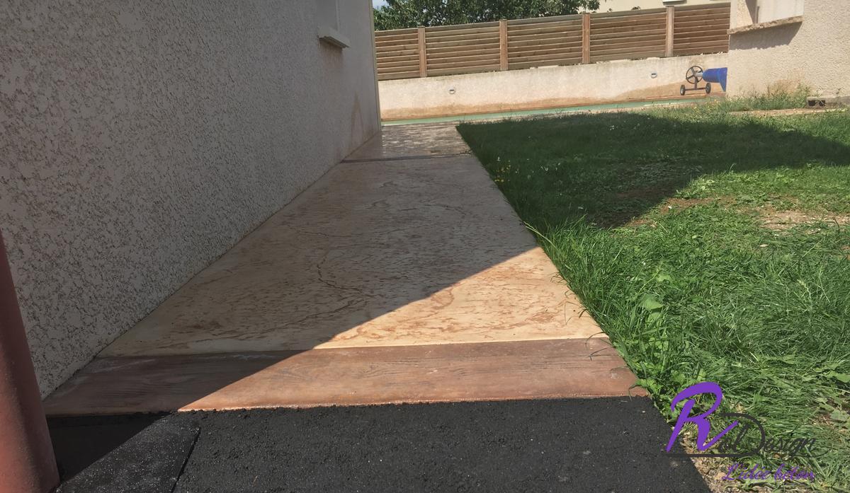 chemin d'accès en béton imprimé à Lentilly 69210 imitation bois cèdres et pierre