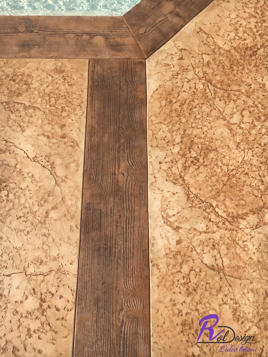 detail de plage de piscine 69210 Lentilly béton empreinte bois cèdres et vieux granit avec joints de dilatation