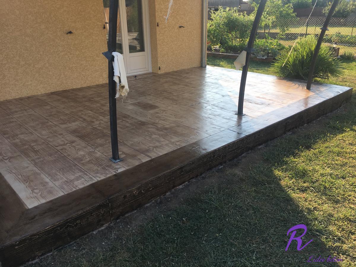 Deuxième terrasse en béton imprimé bois cèdre avec bordures