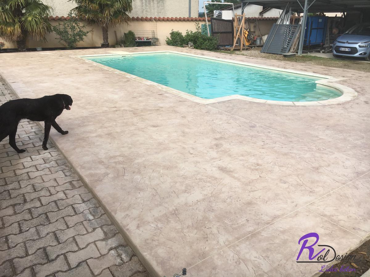 plage de piscine en béton imprimé Quincieux 69650 matrice italienne claire imitation pierre