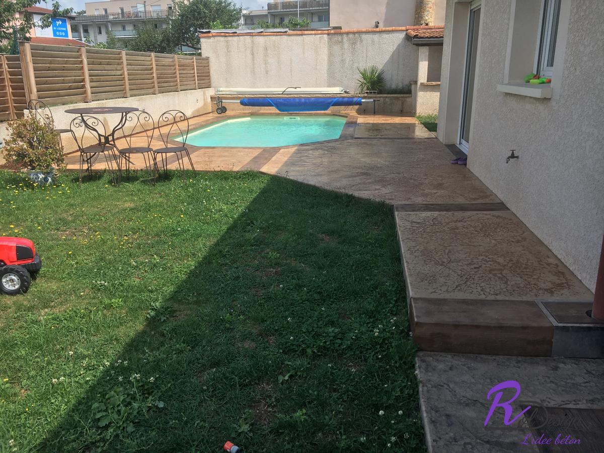 jardin avec piscine béton imprimé pour margelle et plage