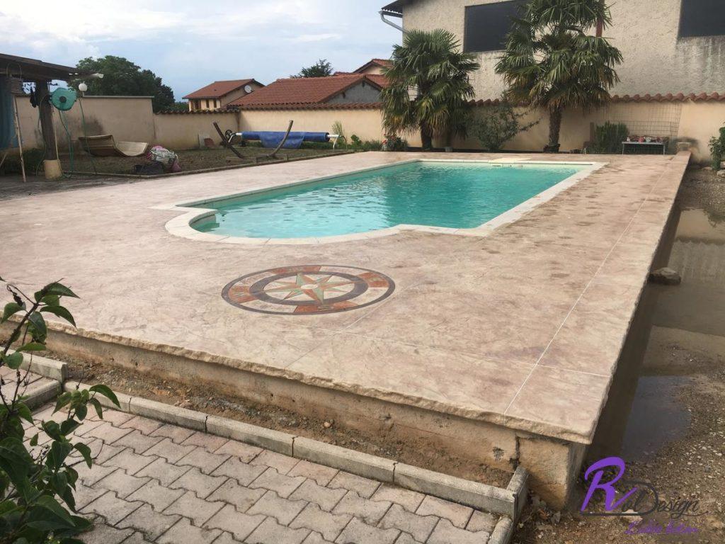 plage de piscine design avec rose des vents Quincieux en béton imprimé 69650 Quincieux