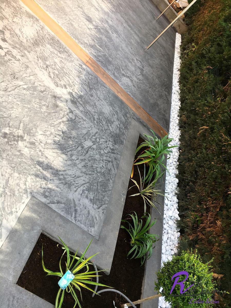 plantation sur terrasse à Saint Bernard 01600 béton gris et bois