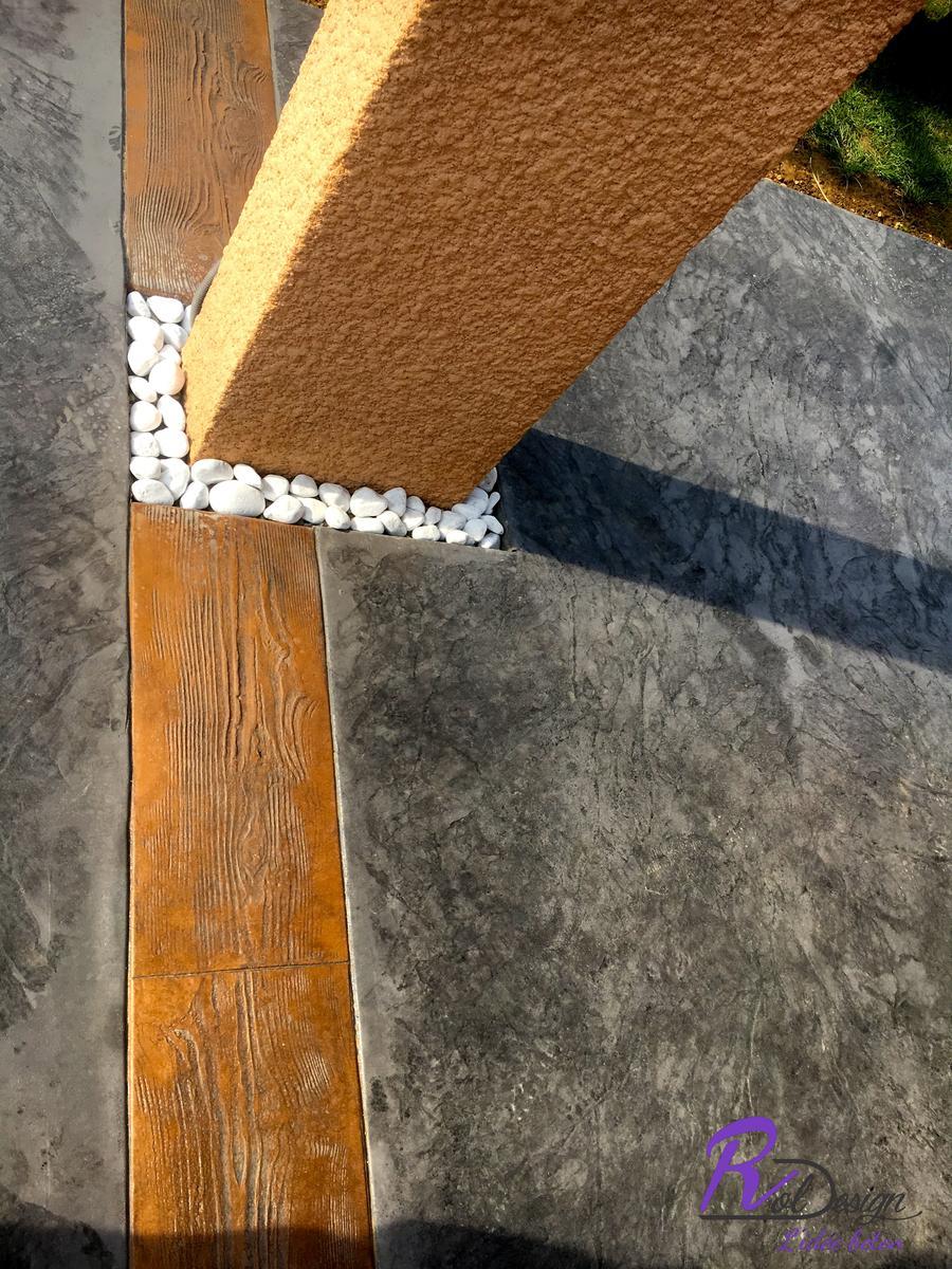 Entourage de poteau sur terrasse en béton décoratif gris à Saint Bernard 01600