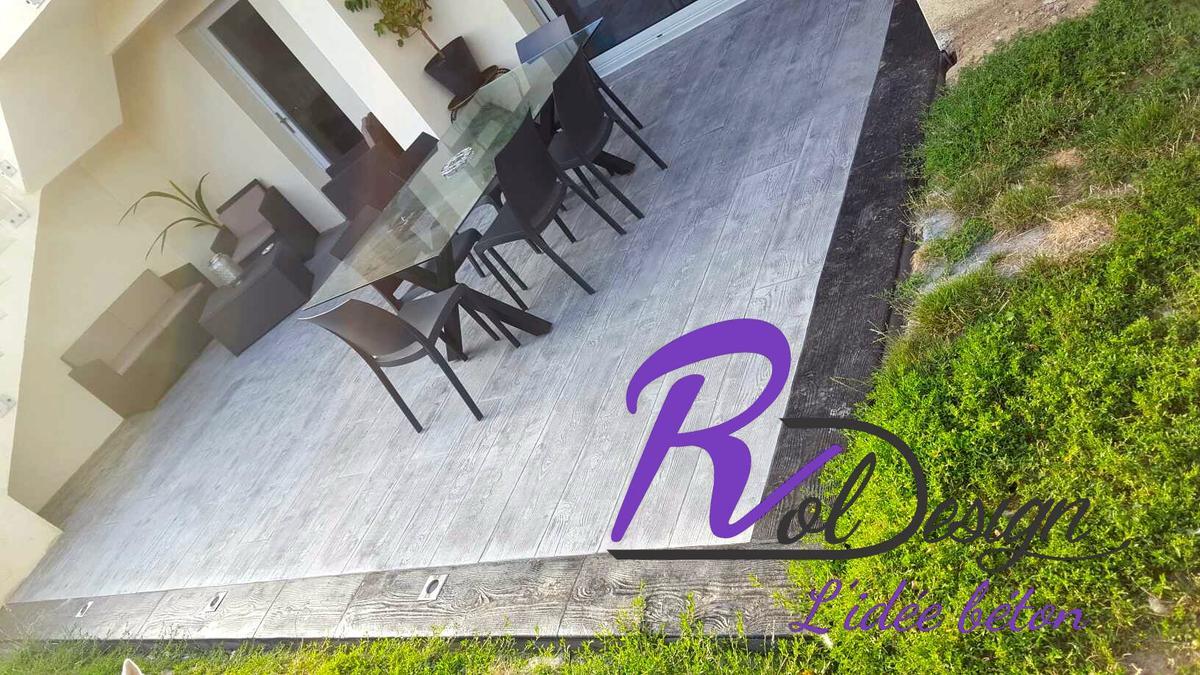 cour pavée entre garage et portail en béton empreinte imprimé à Jassans Riottier 01480