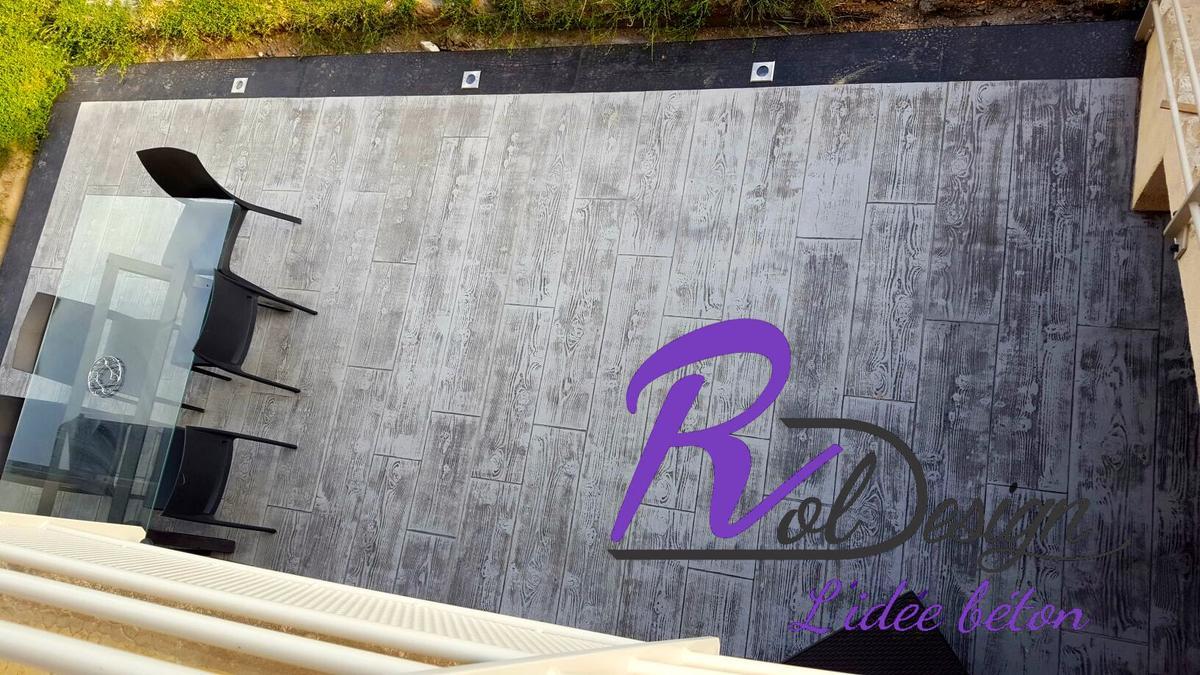 terrasse en béton imitation bois cèdre gris et contour noir à Les Chères 69380