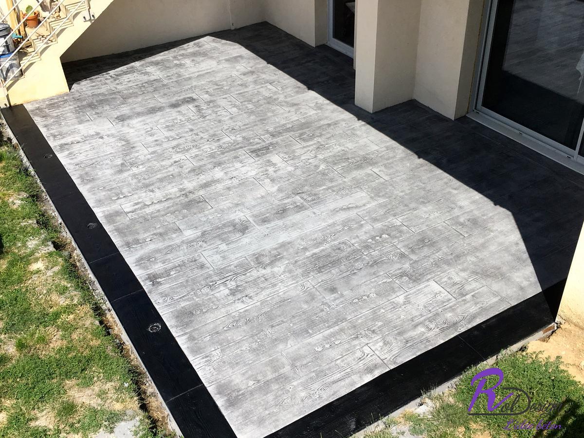 terrasse en béton imprimé design bois cèdres gris avec spots d'éclairage