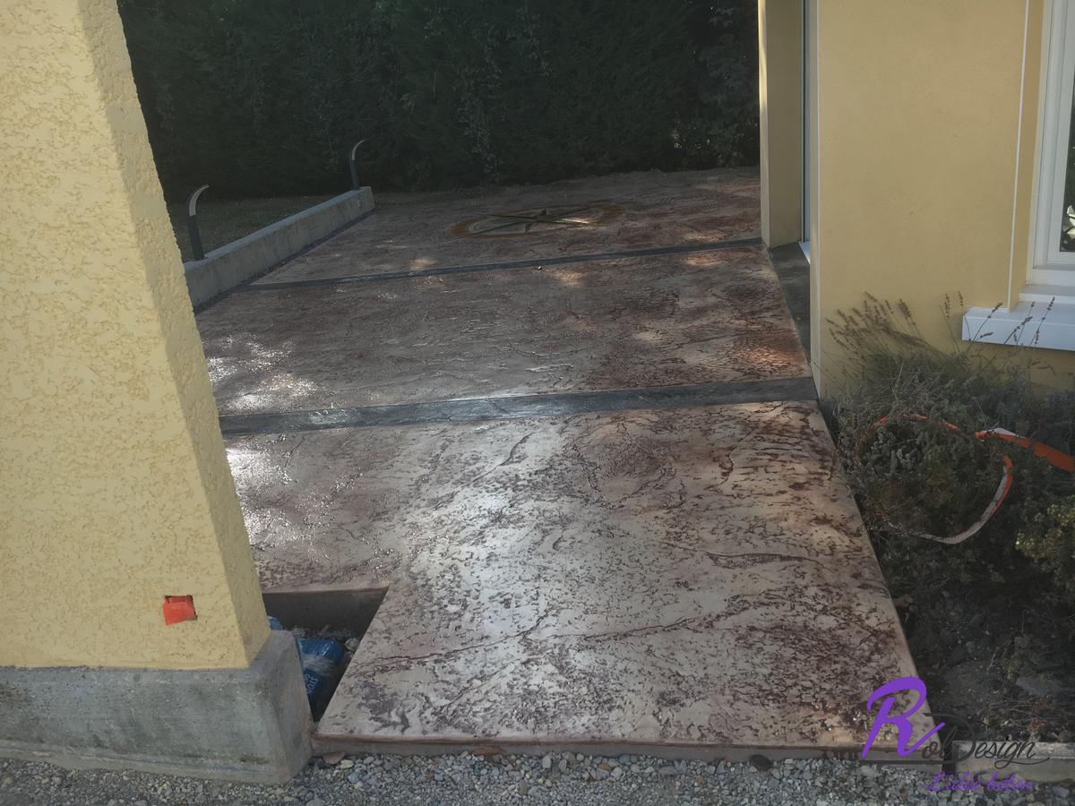 terrasse en béton imprimé à  Vulbens 74520 design vieux granit et joints de dilatation décoratifs