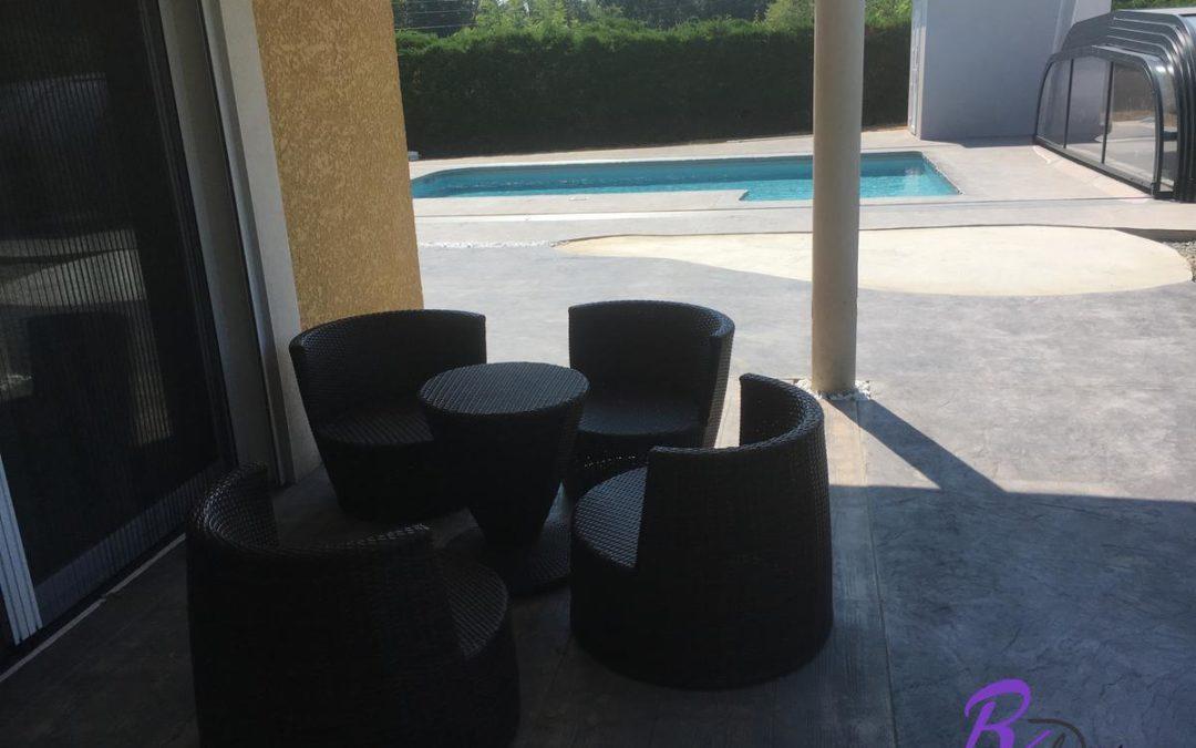 Terrasse cosi et plage de piscine en béton design à Marlieux 01240