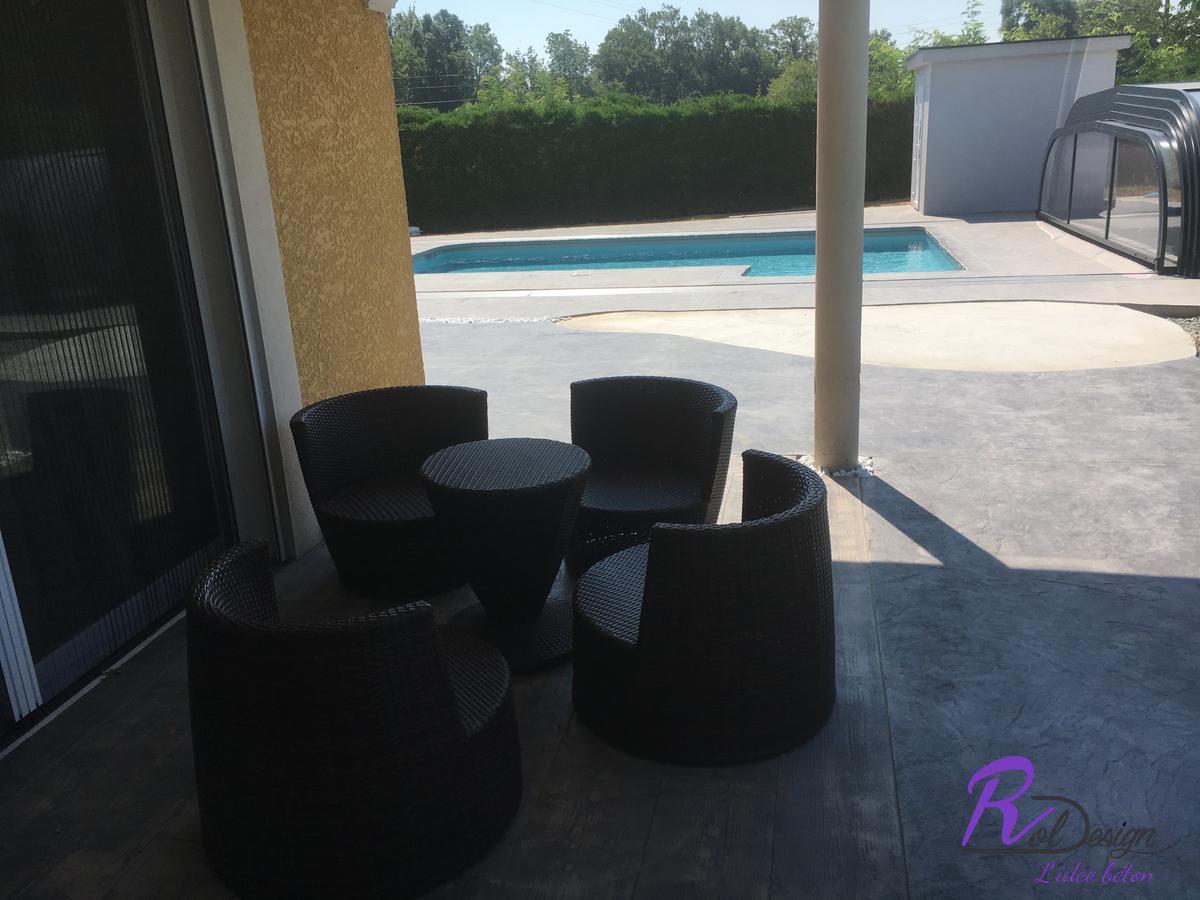 terrasse cosi et plage de piscine en béton empreinte design à Marlieux 01240