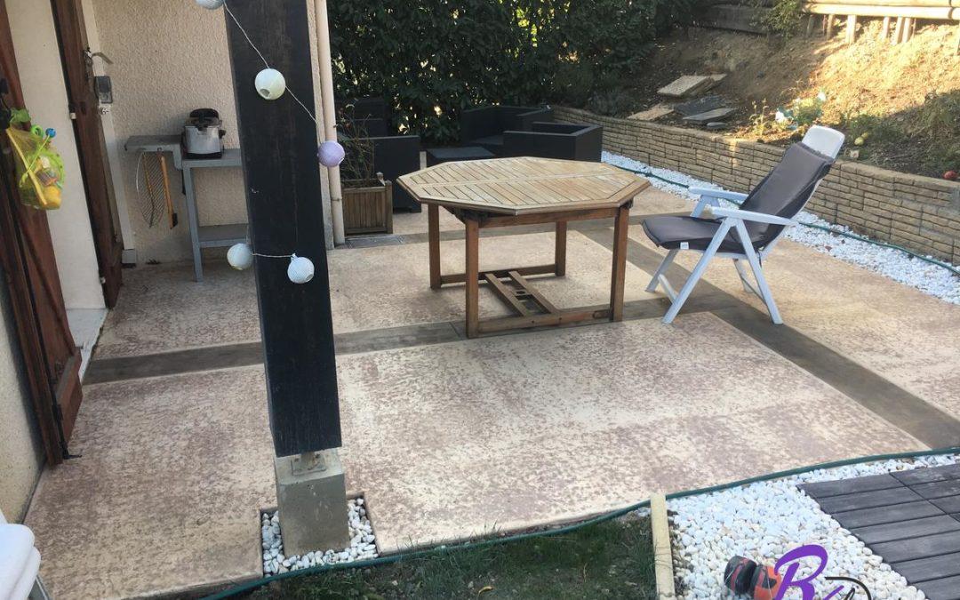69310 Pierre Bénite terrasse moderne empreinte bois cèdres et granit sans veines