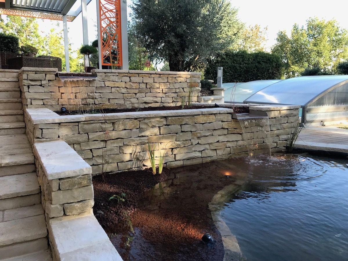bassin pour poissons avec cascade
