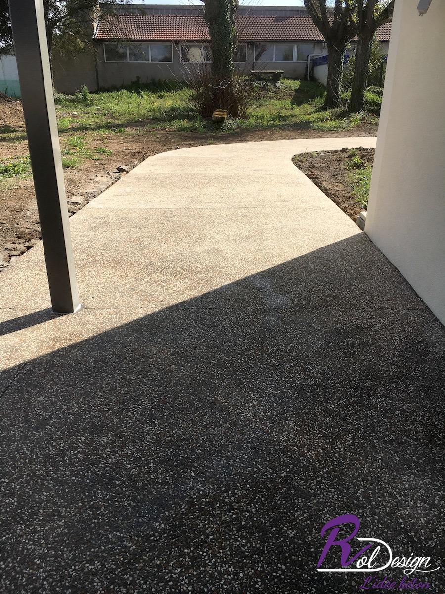 chemin d'accès en béton désactivé avec des joints de dilatations décoratifs
