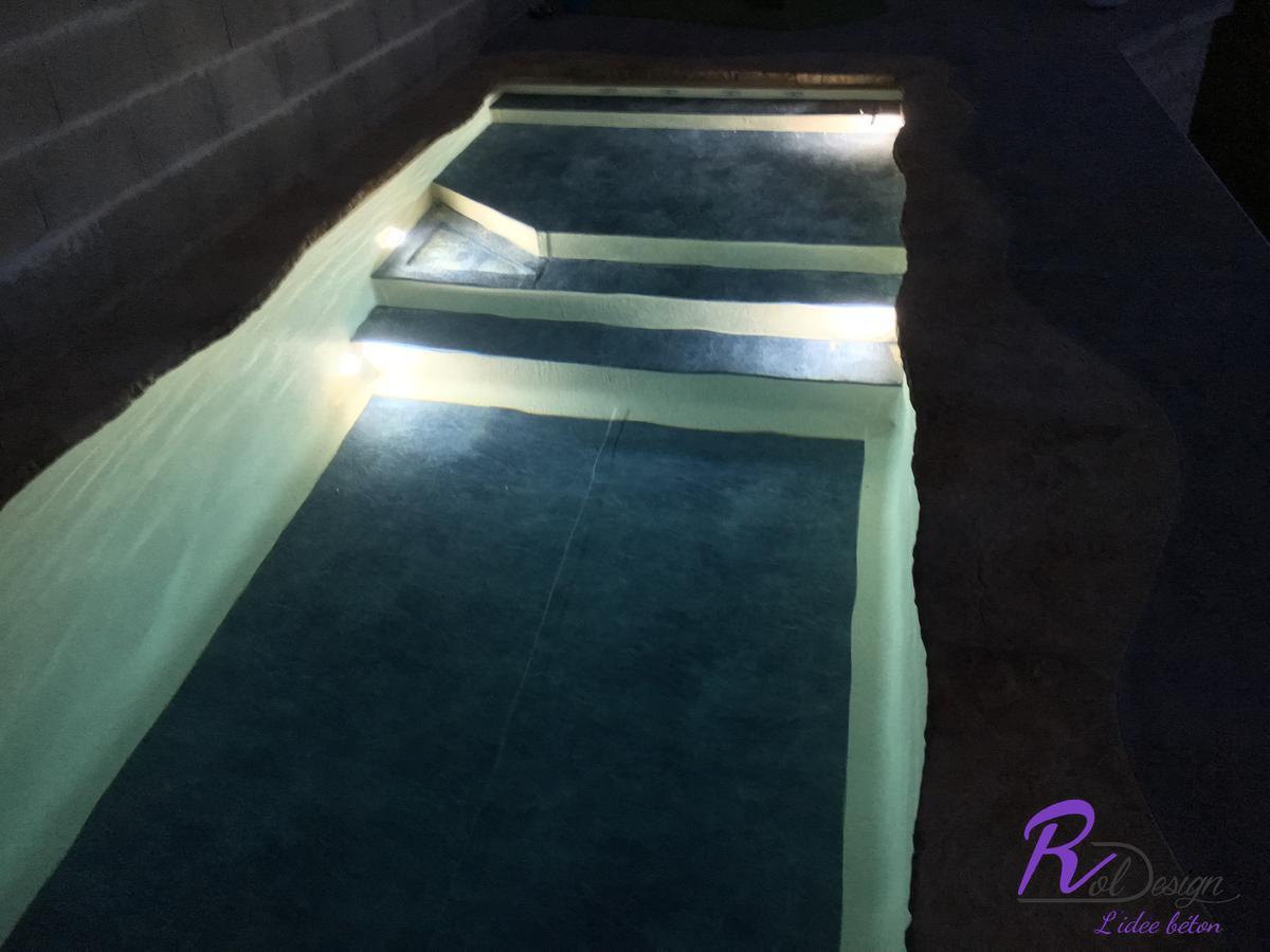 éclairage piscine design escalier pvc 3D bi-color béton empreinte
