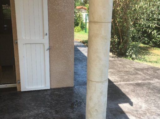poteau béton décor pierre de bourgogne à Ambérieux d'Azergues