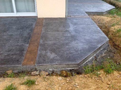 A Lacenas 69640, aménagement extérieur des terrasses et chemin d'accès en béton décoratif
