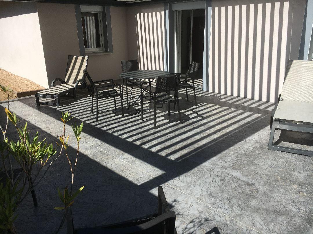 Toussieux terrasse beton décoratif avec pergola bioclimatique
