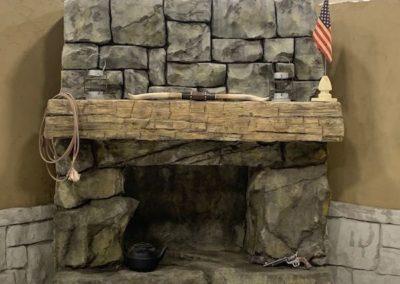 décor béton cheminée imitation grosses pierres